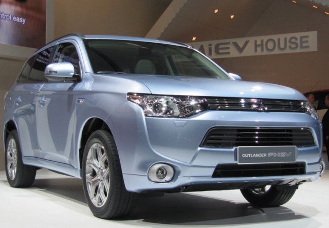 Newcarreleasedates.Com New 2018 Hybrids and Plug-ins ''2018 Mitsubishi Outlander Plug-in Hybrid'' 2018 Hybrid/Electric Vehicle Buying Guide, Price, Photos, Reviews